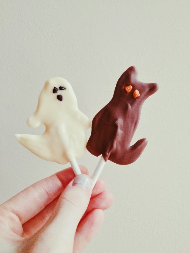 Easy Halloween Chocolate Ghosts and CatsFind the recipe here:http://theginger-snap.blogspot.co.uk/2013/10/easy-chocolate-ghosts-and-cats.html